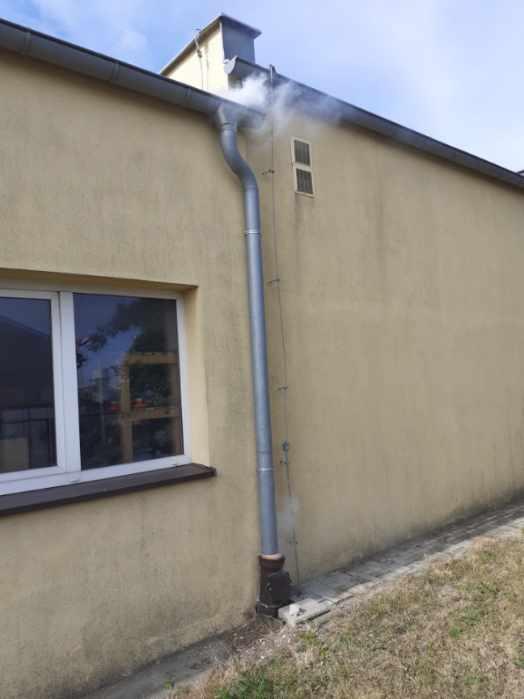 Wydobywający się dym z rynny wskazuje nielegalne podłączenie do kanalizacji sanitarnej